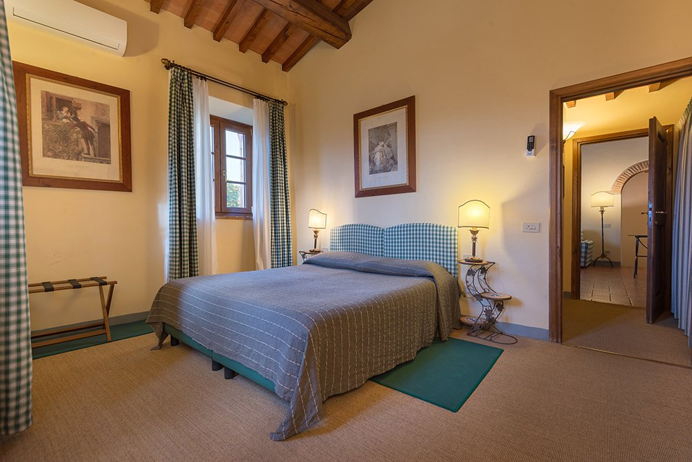 Apartment bedroom Relais Villa Olmo food and wine resort Chianti